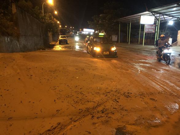 Mũi Né nhiều nơi sạt lở sau mưa, taxi, xe cứu thương... bị sa lầy phải nhờ xe cẩu giải cứu - Ảnh 2.