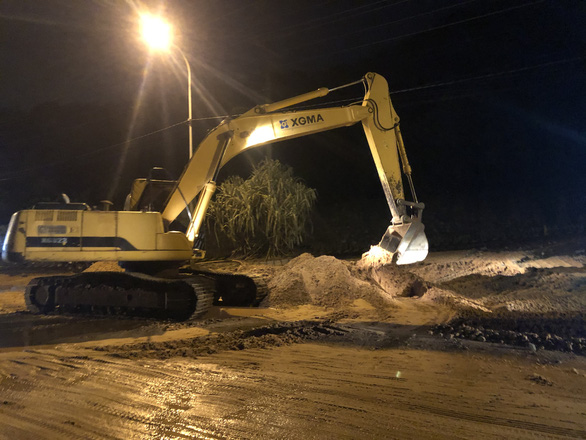 Mũi Né nhiều nơi sạt lở sau mưa, taxi, xe cứu thương... bị sa lầy phải nhờ xe cẩu giải cứu - Ảnh 4.