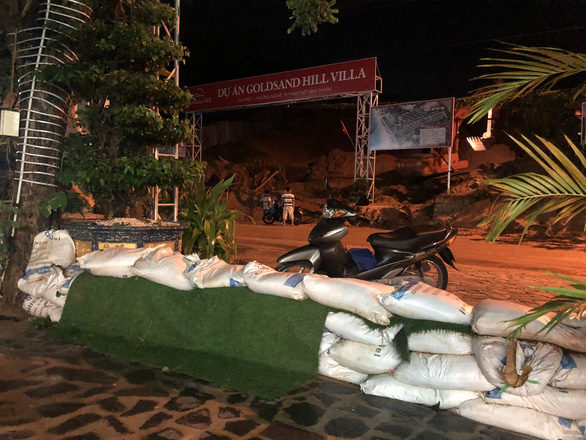 Mũi Né nhiều nơi sạt lở sau mưa, taxi, xe cứu thương... bị sa lầy phải nhờ xe cẩu giải cứu - Ảnh 5.