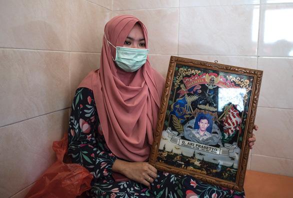 Thủy thủ tàu ngầm Indonesia dặn vợ và con gái cầu nguyện trước khi mất tích - Ảnh 2.