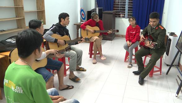 Tiếng guitar từ lớp học đặc biệt - Ảnh 1.