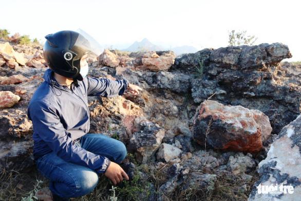 Ninh Thuận mời chuyên gia địa chất phân tích bãi đá cổ - Ảnh 1.