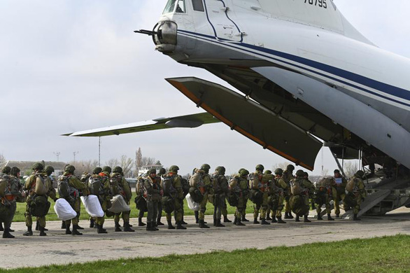 Nga ra lệnh rút quân, nhưng vẫn để lại vũ khí gần Ukraine - Ảnh 1.