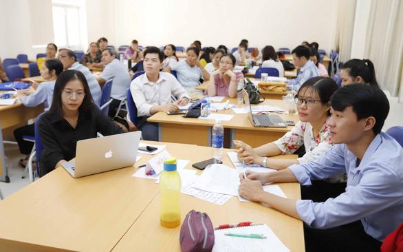 Đã quá hạn, vẫn còn hơn 30 tỉnh thành chưa chọn được sách giáo khoa mới - Ảnh 1.