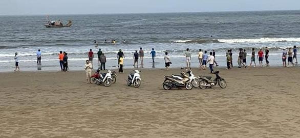 4 học sinh đuối nước khi tắm biển, mới tìm thấy thi thể 1 em - Ảnh 1.