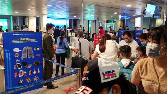 Gỡ chen chúc ở sân bay: Đừng đổ cho hạ tầng, cái rối do con người - Ảnh 1.