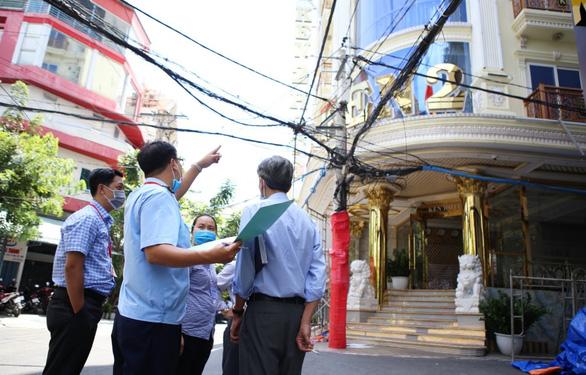 Cưỡng chế cắt 3 lầu vượt phép của khách sạn bề thế ở quận 10 - Ảnh 1.