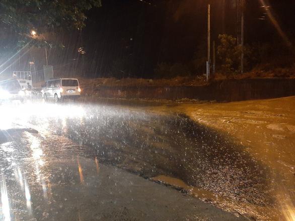 Mũi Né nhiều nơi sạt lở sau mưa, taxi, xe cứu thương... bị sa lầy phải nhờ xe cẩu giải cứu - Ảnh 3.