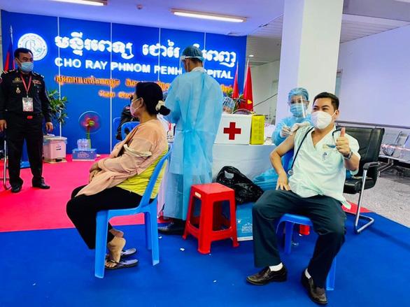 35 nhân viên cách ly, Bệnh viện Chợ Rẫy-Phnom Penh vẫn ra sức tiêm vắc xin cho bà con Campuchia - Ảnh 3.
