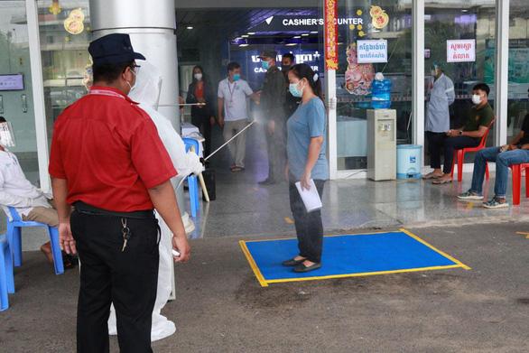 35 nhân viên cách ly, Bệnh viện Chợ Rẫy-Phnom Penh vẫn ra sức tiêm vắc xin cho bà con Campuchia - Ảnh 2.