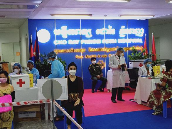35 nhân viên cách ly, Bệnh viện Chợ Rẫy-Phnom Penh vẫn ra sức tiêm vắc xin cho bà con Campuchia - Ảnh 1.