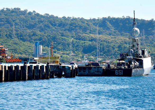 Indonesia tìm thấy mảnh vỡ, nghi của tàu ngầm mất tích - Ảnh 1.