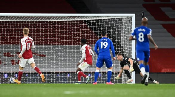 Thủ môn mắc sai lầm ngớ ngẩn khiến Arsenal thua đau Everton - Ảnh 1.