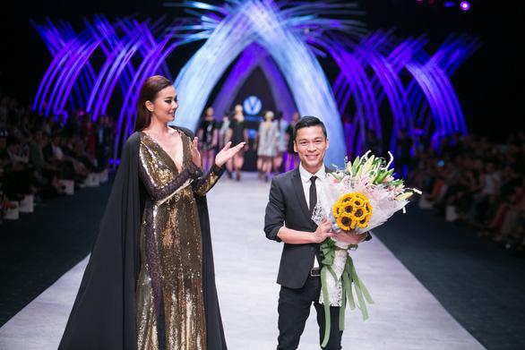 Adrian Anh Tuấn mở màn Tuần lễ thời trang quốc tế Việt Nam Xuân Hè 2021 - Ảnh 2.