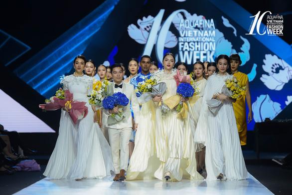 Adrian Anh Tuấn mở màn Tuần lễ thời trang quốc tế Việt Nam Xuân Hè 2021 - Ảnh 3.