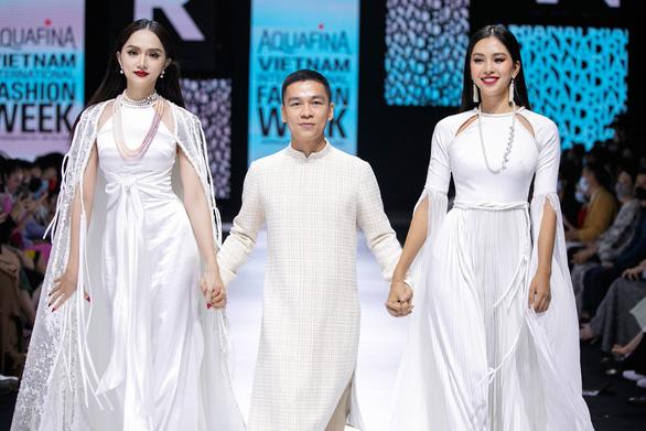 Adrian Anh Tuấn mở màn Tuần lễ thời trang quốc tế Việt Nam Xuân Hè 2021 - Ảnh 1.