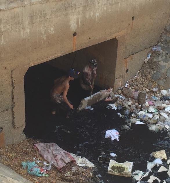 Xử lý nhà thầu xây cống thoát nước gây nghẽn khu vực kênh Hàng Bàng - Ảnh 1.