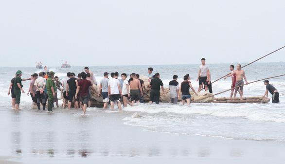 Xác định danh tính, tiếp tục tìm kiếm 3 học sinh đuối nước khi tắm biển - Ảnh 1.