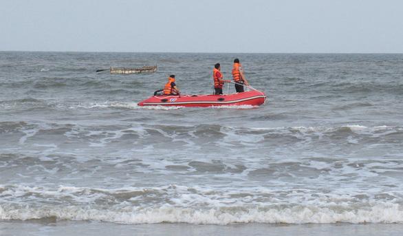 Xác định danh tính, tiếp tục tìm kiếm 3 học sinh đuối nước khi tắm biển - Ảnh 2.
