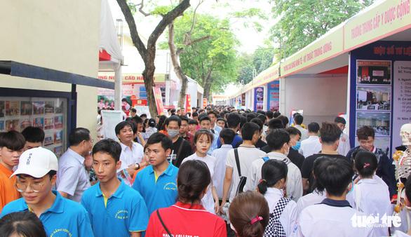 Hà Nội tổ chức phiên giao dịch việc làm: Gần 1.000 việc làm cho học sinh, sinh viên - Ảnh 4.
