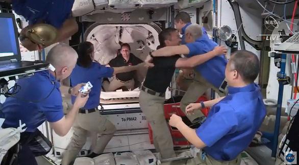 Tàu vũ trụ của SpaceX kết nối thành công với trạm ISS - Ảnh 1.