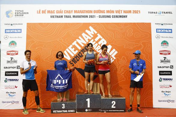 Cô gái đến từ Sa Pa bất ngờ vô địch cự ly 70km tại Vietnam Trail Marathon 2021 - Ảnh 1.