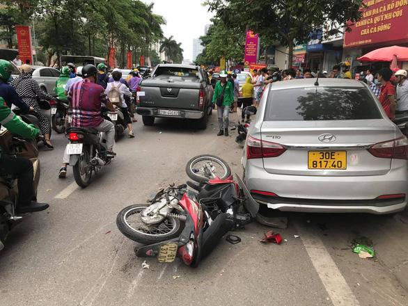 Xe bán tải lao vào 3 taxi và 2 xe máy trên phố Hà Nội, 2 người nhập viện - Ảnh 2.