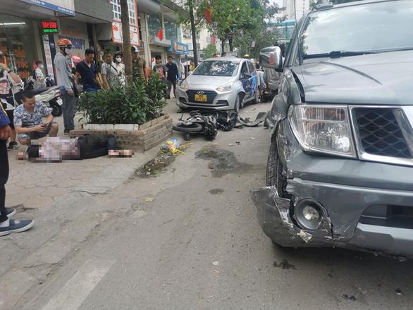 Xe bán tải lao vào 3 taxi và 2 xe máy trên phố Hà Nội, 2 người nhập viện - Ảnh 1.