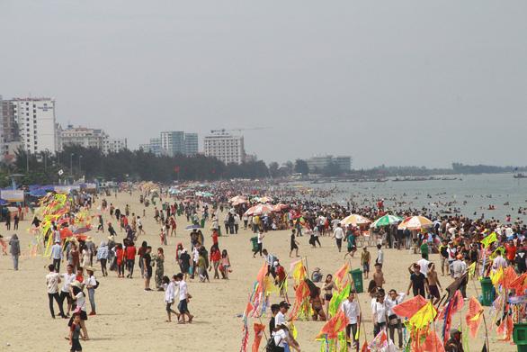 Sầm Sơn công bố một loạt số điện thoại chống 'chặt chém' khách du lịch - Ảnh 1.