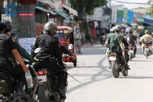 Cảnh sát trưởng Phnom Penh: Cảnh sát cầm roi mây chỉ để răn đe người vi phạm lệnh phong tỏa COVID-19 - Ảnh 1.