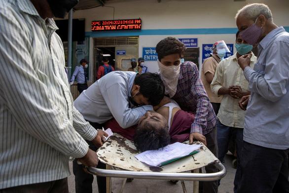 Ấn Độ có thêm 350.000 ca COVID-19 trong ngày, Mỹ đề nghị hỗ trợ khẩn - Ảnh 2.