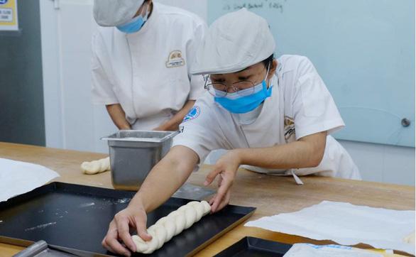 Lò bánh mì đặc biệt mở cánh cửa tương lai cho nhiều học trò nghèo - Ảnh 1.