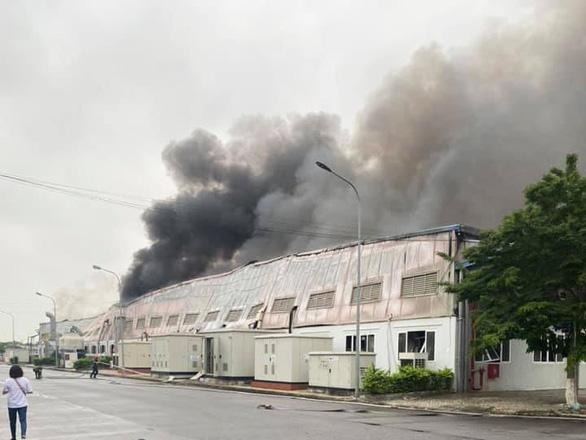 Cháy nhà xưởng Công ty Doosan, khói đen bốc cuồn cuộn - Ảnh 2.