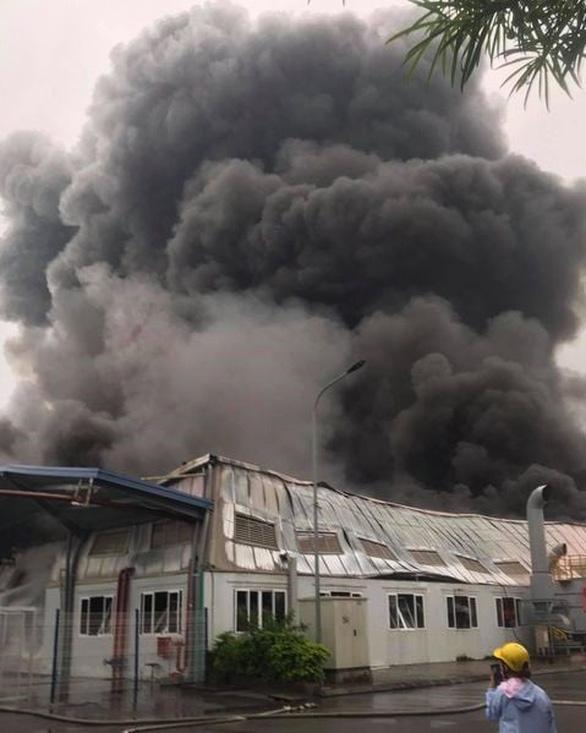 Cháy nhà xưởng Công ty Doosan, khói đen bốc cuồn cuộn - Ảnh 1.