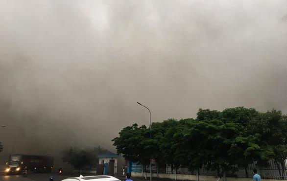 Cháy nhà xưởng Công ty Doosan, khói đen bốc cuồn cuộn - Ảnh 3.