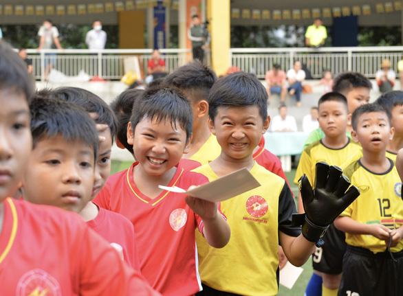 Hàng trăm cầu thủ  cầu thủ U9 ra sân vì những người bạn - Ảnh 1.