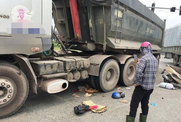 Xe tải cán chết hai mẹ con trên đường 'tử thần' ở Nghệ An - Ảnh 1.