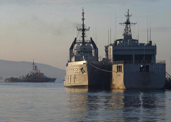 Tàu ngầm Indonesia chìm: Người nhà muốn tìm được con bằng mọi giá - Ảnh 1.