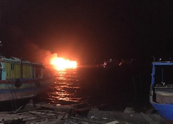Thanh Hóa: 2 tàu cá bị cháy rụi lúc rạng sáng, thiệt hại hàng tỉ đồng - Ảnh 1.