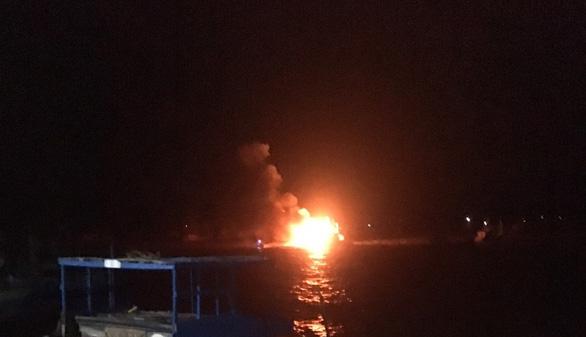 Thanh Hóa: 2 tàu cá bị cháy rụi lúc rạng sáng, thiệt hại hàng tỉ đồng - Ảnh 2.