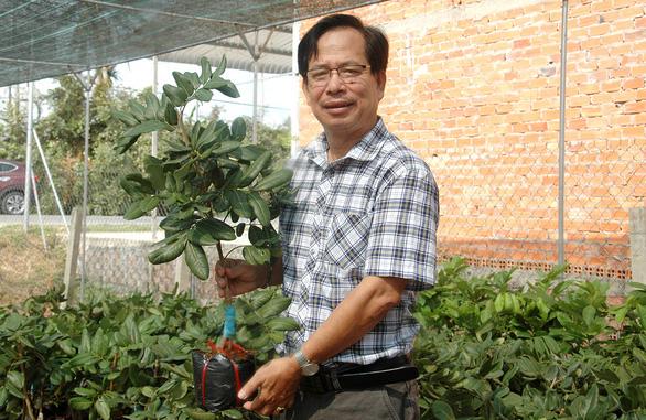 Tiến sĩ nông học rời trường, về quê giúp dân ghép cây, chuyển giới cho hoa - Ảnh 1.