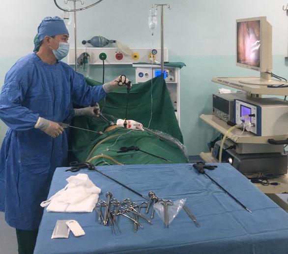 Phẫu thuật lấy khối u quái đầy tóc và răng - Ảnh 1.