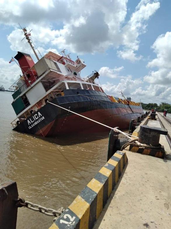 Tàu hàng ở Tân Cảng Hiệp Phước nghiêng, nhiều container rơi xuống sông - Ảnh 1.