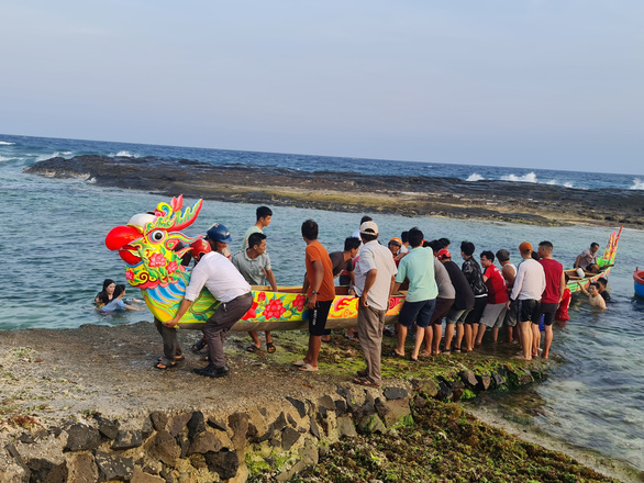 Gần 200 năm lễ hội đua thuyền Lý Sơn, hôm nay là di sản quốc gia - Ảnh 6.