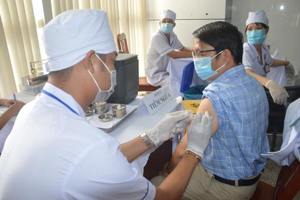 Sóc Trăng bắt đầu tiêm vắc xin COVID-19 cho gần 7.500 cán bộ y tế, bộ đội biên phòng... - Ảnh 1.