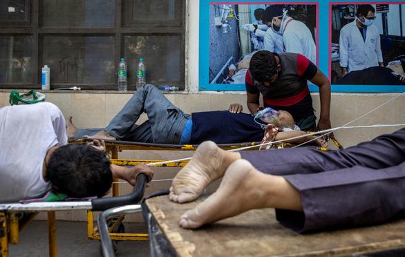Ấn Độ rút ống thở người già, nhường oxy cứu người trẻ - Ảnh 1.
