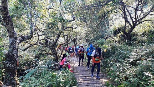 Cho con 9 tuổi đi theo chạy 42km trên núi Mộc Châu, một VĐV bị cộng đồng phản ứng - Ảnh 1.