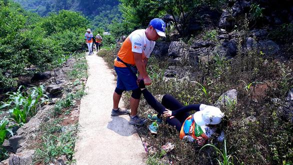 Cho con 9 tuổi đi theo chạy 42km trên núi Mộc Châu, một VĐV bị cộng đồng phản ứng - Ảnh 2.