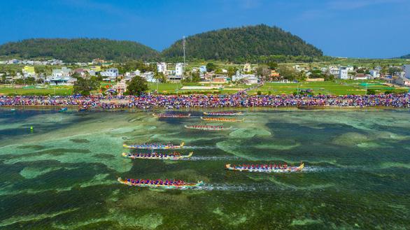 Gần 200 năm lễ hội đua thuyền Lý Sơn, hôm nay là di sản quốc gia - Ảnh 1.