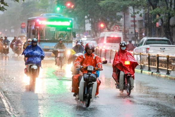 Miền Bắc mưa lớn, có nơi trên 120mm, miền Nam mưa dông chiều tối - Ảnh 1.